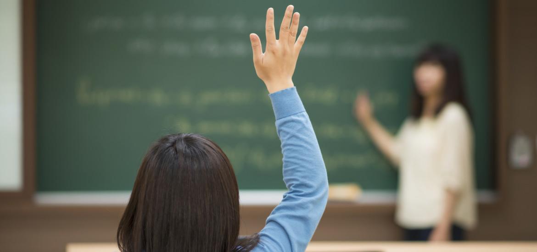 abilitazione-all-insegnamento-bambina-alza-la-mano